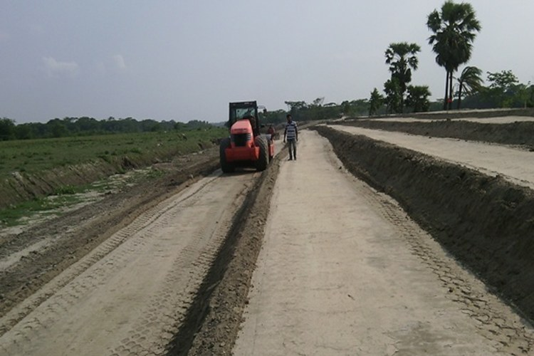 EARTH WORK IN RETIRED EMBANKMENT GOING ON UNDER BWDB, ECRRP-19, PATUAKHALI,CONTRACT AMOUNT 239.00 CRORE_750x500